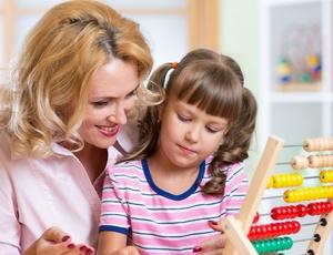 W jaki sposób ustalić kontakty z dzieckiem na czas trwania procesu o rozwód? Rozważania dotyczące możliwości zabezpieczenia kontaktów z dzieckiem wyłoniły się z chwilą otrzymania pytania: w jaki sposób w trakcie postępowania w sprawie o rozwód, – gdy sąd nie orzekł jeszcze w przedmiocie sprawowania opieki nad dzieckiem, zaś dziecko faktycznie pozostaje przy matce – rozwiązać problemy związane z uregulowaniem bieżących kontaktów drugiego rodzica z dzieckiem. Dotyczy to np. sytuacji gdy nie chcemy by ojciec dziecka mógł odbierać dziecko ze szkoły, lub by szkoła w bieżących sprawach dotyczących dziecka kontaktowała się i przekazywała informacje tylko matce dziecka Odpowiadając krótko, w przedstawionej wyżej sytuacji należy złożyć do sądu wniosek o udzielenie zabezpieczenia poprzez uregulowanie sposobu i zakresu kontaktów z dzieckiem na czas trwania procesu o rozwód. Podstawa do wystąpienia z wnioskiem Z wnioskiem o udzielenie zabezpieczenia można wystąpić zarówno przed wszczęciem, jak i w toku postępowania mającego na celu uregulowanie sposobu kontaktów z dzieckiem. Należy przy tym zaznaczyć, iż uregulowanie kontaktów z dzieckiem może nastąpić zarówno w wyroku rozwodowym, jak też w postanowieniu wydanym w osobnym postępowaniu. Ogólne uprawnienie dla żądania udzielenia zabezpieczenia wypływa z art. 730 § 1 k.p.c. (w każdej sprawie cywilnej podlegającej rozpoznaniu przez sąd lub sąd polubowny można żądać udzielenia zabezpieczenia). Sądem, do którego należy skierować wniosek o udzielenie zabezpieczenia jest sąd, do którego właściwości należy rozpoznanie sprawy w pierwszej instancji (przed zainicjowaniem postępowania), natomiast wniosek taki składany w trakcie już toczącego się postępowania należy złożyć przed sądem, który rozpoznaje daną sprawę. Jeżeli zatem pragniemy uzyskać tego rodzaju zabezpieczenie zanim złożymy pozew np. o rozwód, to wniosek należy złożyć do Sądu Okręgowego miejscowo właściwego do rozpoznania sprawy rozwodowej. Istnieje również możliwość wszczęcia p