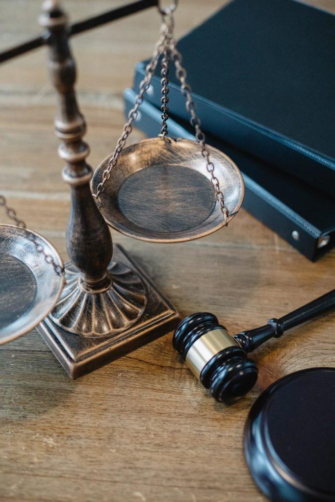 Symbole Sprawiedliwości IPrawa NaStole Sędziego